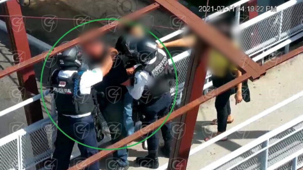 Lo salvan de tirarse de un puente pero se suicida en cuartel de Veracruz