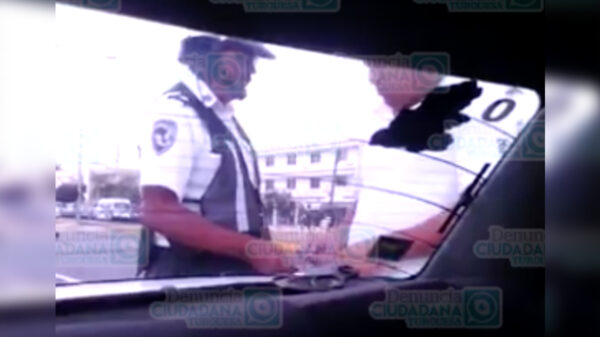 Video: Taxista de Cancún infringe la ley y así la libra