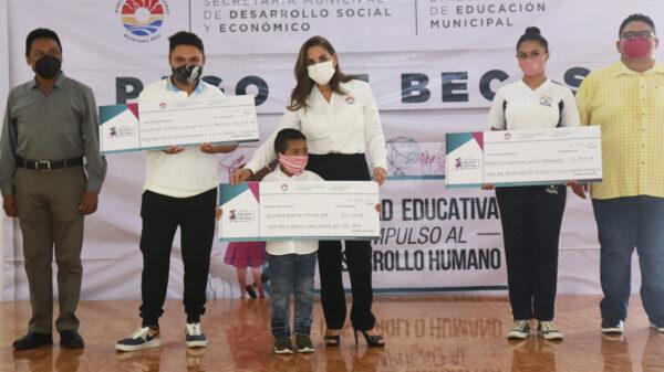 Gobierno de Cancún realiza segundo pago de becas municipales