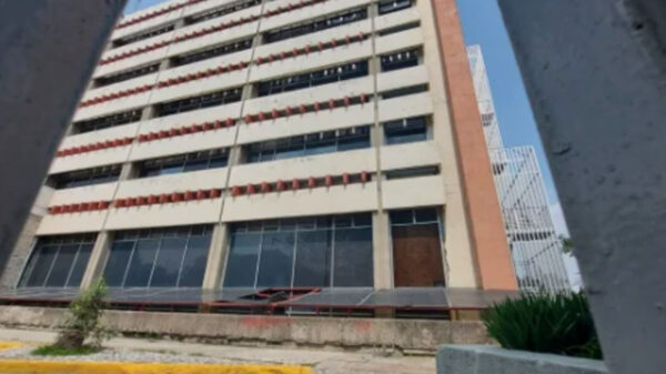 Paciente con Covid-19 se tira desde tercer piso en hospital