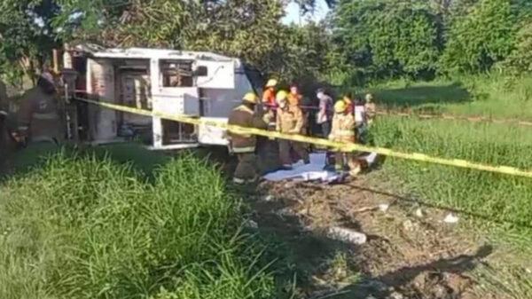 Vuelca camión recolector de basura y mueren cuatro trabajadores