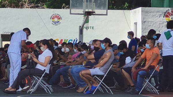 Vacunan contra Covid a 11 mil trabajadores turísticos de Cancún.