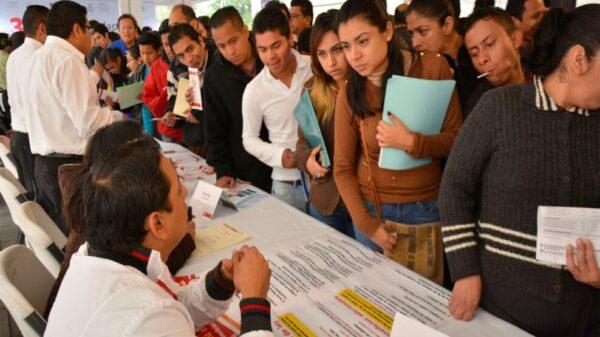 Enfrentan egresados de universidades falta de empleo y salarios bajos.