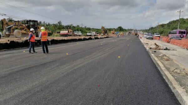 Fluye el tránsito vehicular en la carrerea Cancún-Playa del Carmen.