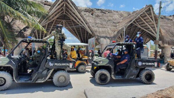 Autoridades brindan seguridad a visitantes en la isla Holbox.