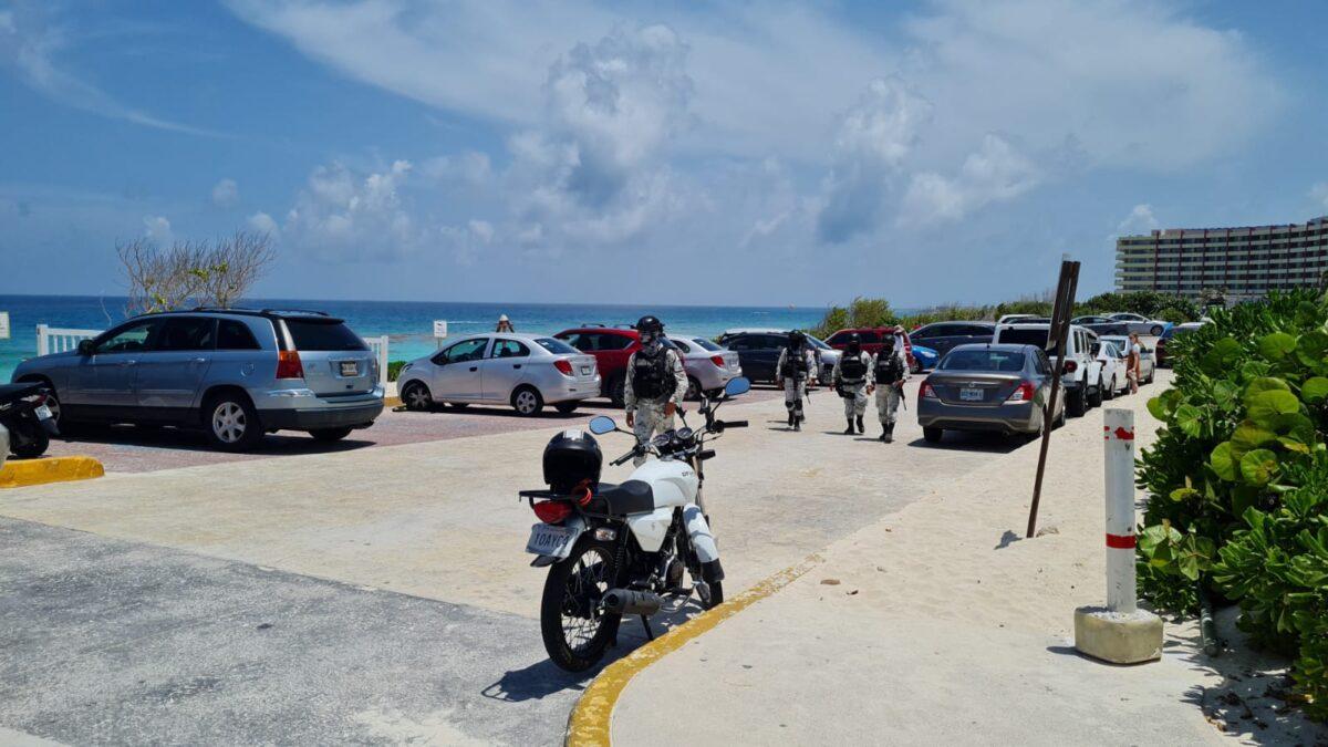 Cancún: Realizan operativo de seguridad en playa Delfines (VIDEO); buscan inhibir delitos de alto impacto y recuperar espacios públicos.