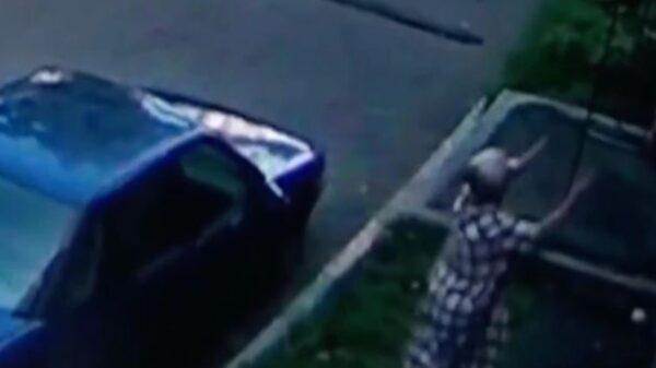 Una abuelita se convirtió en heroína, luego de que salvara a un bebé cuando caminaba por las calles de Rusia