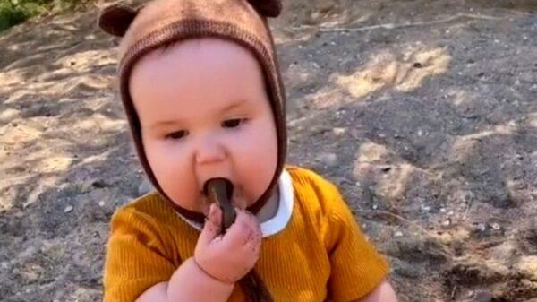 Tunden en redes a mamá Tik Toker que deja que su bebé coma arena y piedras