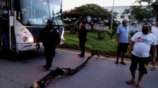 Ciudadanos protestan contra la CFE y bloquean la carretera Mérida-Umán
