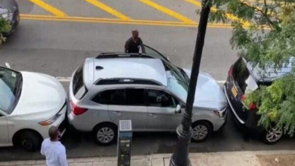El video de un habilidoso conductor se viraliza en redes sociales, ya que logró sacar su unidad de un reducido lugar