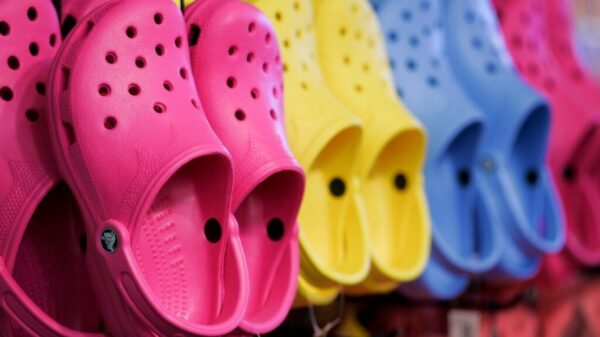 Crocs, presentó una serie de demandas contra 20 empresas por violar sus marcas comerciales y otras propiedades intelectuales de sus famosos zapatos