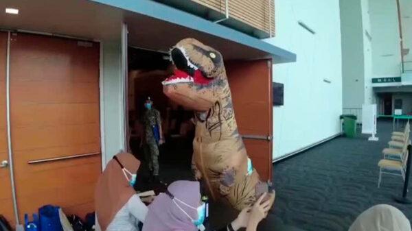 Acudió disfrazado de dinosaurio a vacunarse contra el Covid-19, generando infinidad de reacciones por su buen humor