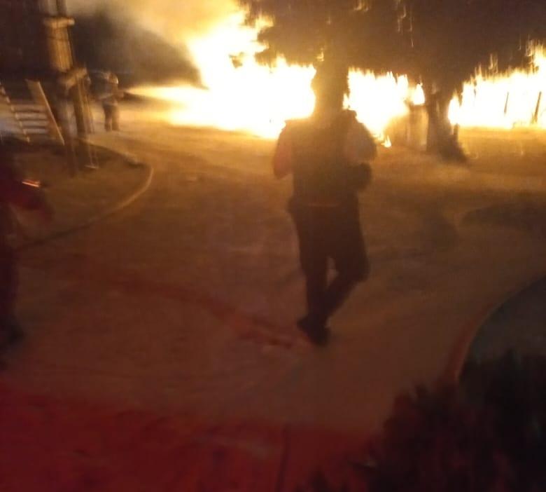 Cancún: Incendio consume tres palapas en playa Langosta (VIDEO); el siniestro de gran magnitud se registró durante la madrugada de hoy.