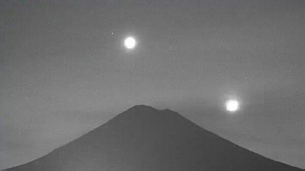 Captan en video el momento en que la Luna, Venus, y martes sobrevolaron en el cielo nocturno del Popocatépetl