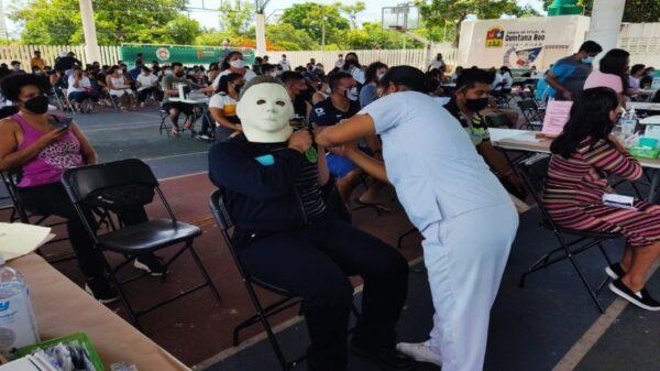 Durante la jornada de vacunación contra el Covid-19, destacó un joven que acudió con una máscara del asesino de la película Halloween