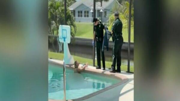 Un residente de Port Charlotte, Florida, quedó impactado cuando al llegar a su casa, al encontrar a una mujer nadando desnuda en la alberca