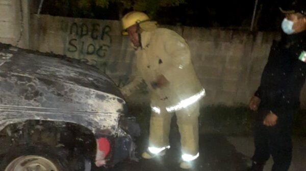 Camioneta se incendia y es consumida por el fuego en colonia de Chemax