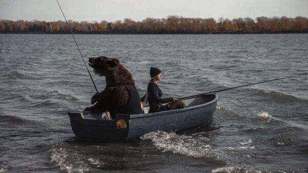 Una mujer apasionada por la pesca se viraliza en redes sociales, por su peculiar mascota, se trata de un oso pardo
