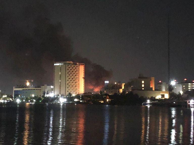 Cancún: Incendio consume tres palapas en playa Langosta (VIDEO).