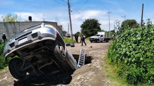 Otro socavón en Puebla; ahora se 'tragó' una pipa de gas.