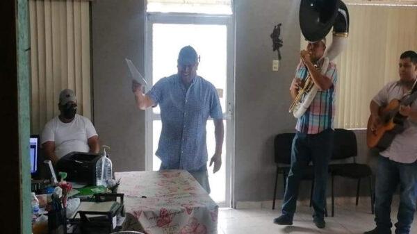 El video de un hombre cantando al salir del registro civil ha ganado popularidad en redes sociales, pues fue la forma en que celebró al firmar su divorcio