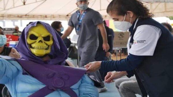En redes sociales se viraliza una serie de fotografías de un centro de vacunación contra el Covid-19, en el cual se encontraba Skeletor, el legendario rival de He-Man