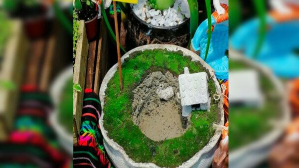 El socavón de Puebla sigue inspirando a los creativos, ahora elaboraron una maceta con la forma de hoyanco, la cual tiene hasta una casa miniatura