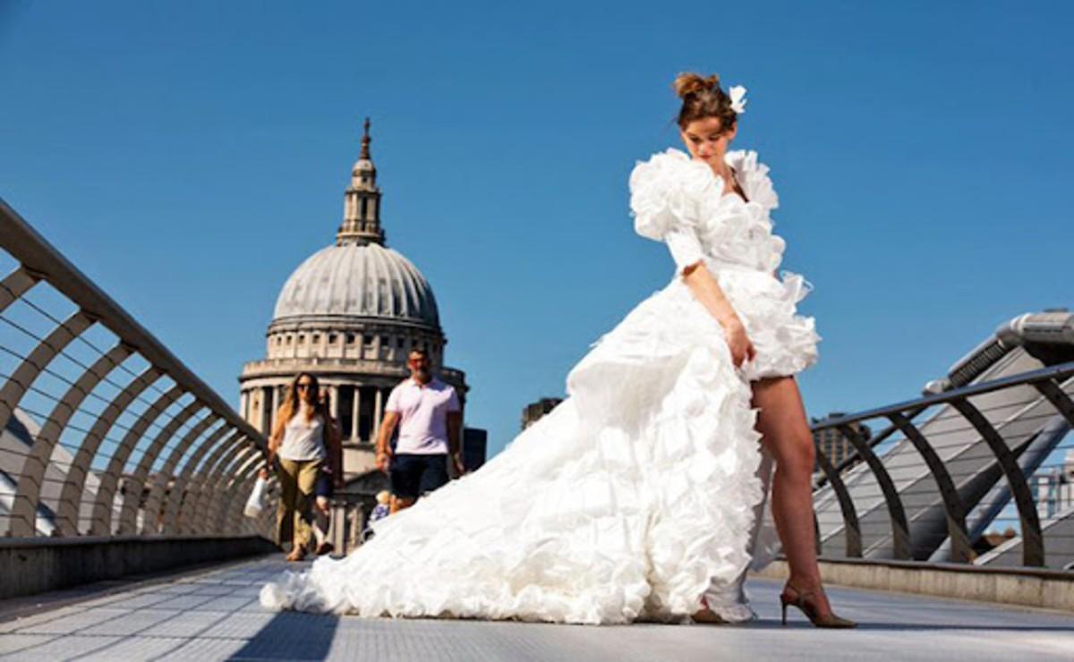 El vestido de novia confeccionado con mil 500 mascarillas recicladas se populariza, debido a lo original del atuendo y la forma en como fue modelado