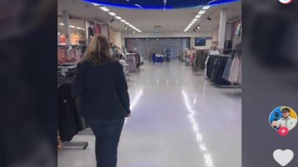 En la ciudad de Brisbane, Australia, un despistado cliente se vio sorprendido al quedarse encerrado en un supermercado