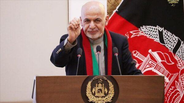 Huye presidente de Afganistán ante asedio el asedio de talibanes .