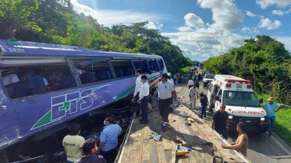 Choca autobús de pasajeros contra un tráiler; hay dos muertos y 12 heridos