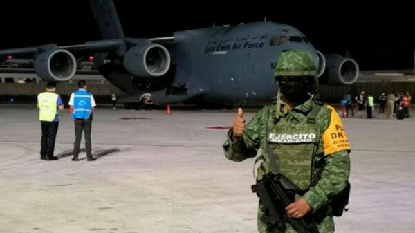 Ciudadanos de Afganistan hacen escala en Cancún en su huida a USA