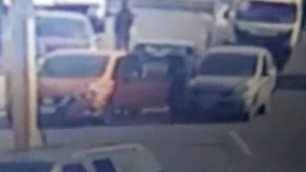 Frustran automovilista robo de auto; atropellan y detienen a asaltante