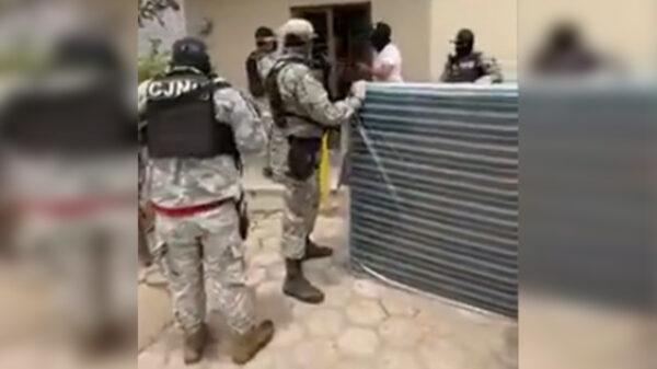 Video: CJNG imita al Ejército y reparte camas y colchones