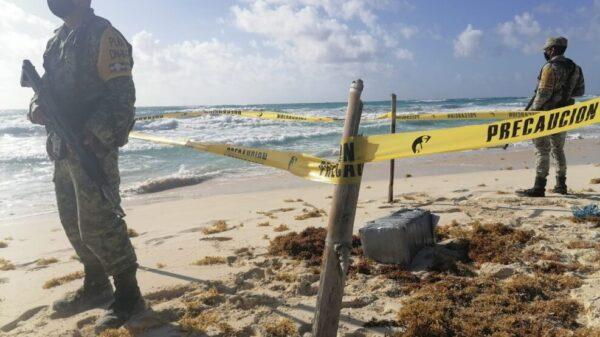 Militares aseguran 57 paquetes con droga en playa del Cozumel.
