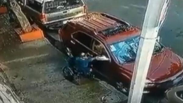Video: Sorprenden a hombre en silla de ruedas robando autopartes en Benito Juárez