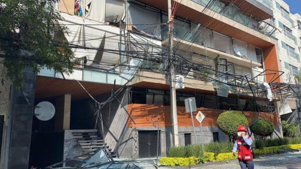 Explosión en un edificio de la alcaldía Benito Juárez; el estallido al parecer se produjo por acumulación de gas en un departamento de la avenida Coyoacán.