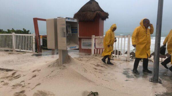 La erosión de playas es evidente en Cancún tras el paso del huracán Grace