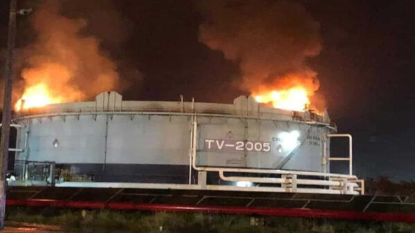 Rayo provoca incendio en tanque de Dos Bocas, en Tabasco