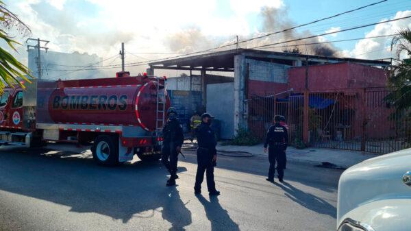 Cancún: Voraz incendio consume recicladora en la SM 228