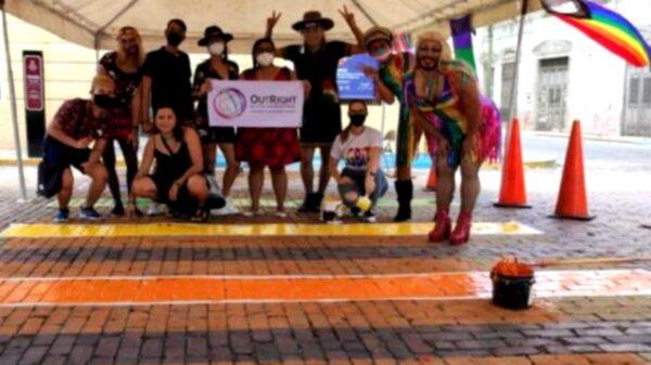 Pintan paso peatonal en apoyo de la comunidad LGBT en Mérida