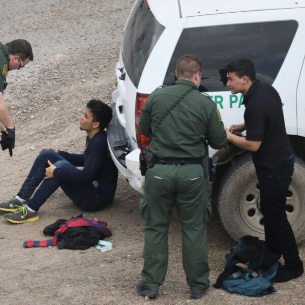 Crecen arrestos de migrantes; se diluyen promesas de Biden