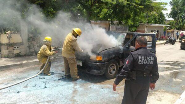 Cortocircuito provoca incendio de camioneta en Tizimín