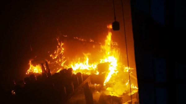 Vivienda arde en llamas con seis personas adentro en Cancún