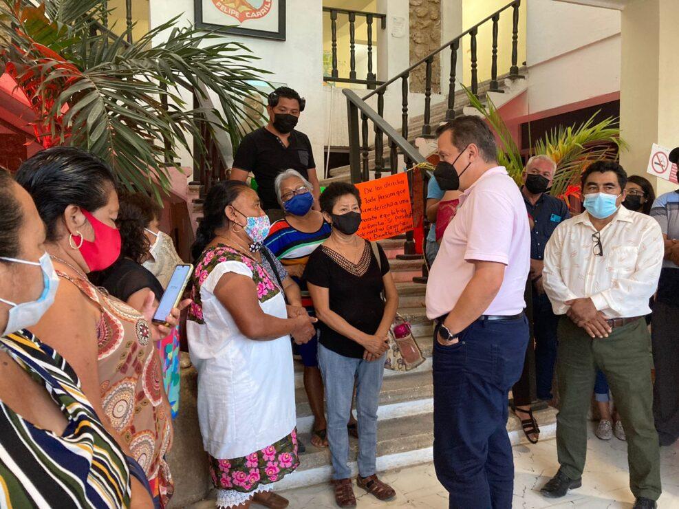 Luis Alegre pide al gobierno de José Esquivel cumplir con su pago a trabajadores; el exdiputado se entrevistó ayer con los manifestantes en el Palacio Municipal de FCP.