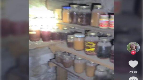Una mujer estadounidense, descubrió bajo en el suelo de su casa una bodega con todo tipo de alimentos enlatados