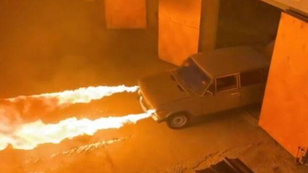 Un auto capaz de lanzar grandes llamaradas e incinerar prácticamente cualquier cosa se populariza generando el asombro de los cibernautas