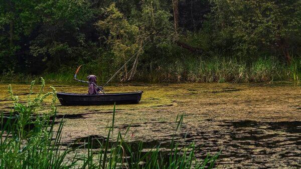 La figura de la muerte sentada en una canoa en medio de un lago, ha causado el asombro de los cibernautas