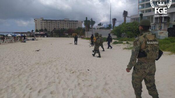 Recuperan autoridades espacios en la playa Langosta de Cancún.