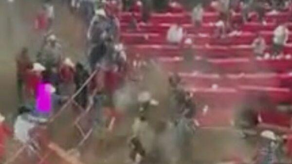 Durante un jaripeo clandestino un toro lesionó a al menos 10 personas luego de que derribó una cerca